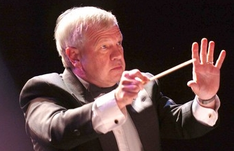 Photo of Richard Steltz conducting.